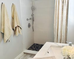 Natural Stone Mosaic Floor with White Porcelain Wall Tiles